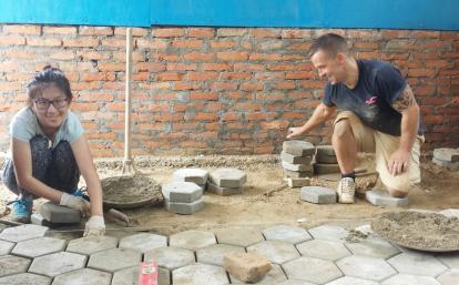 建築ボランティアがネパールの学校の床の建設に貢献